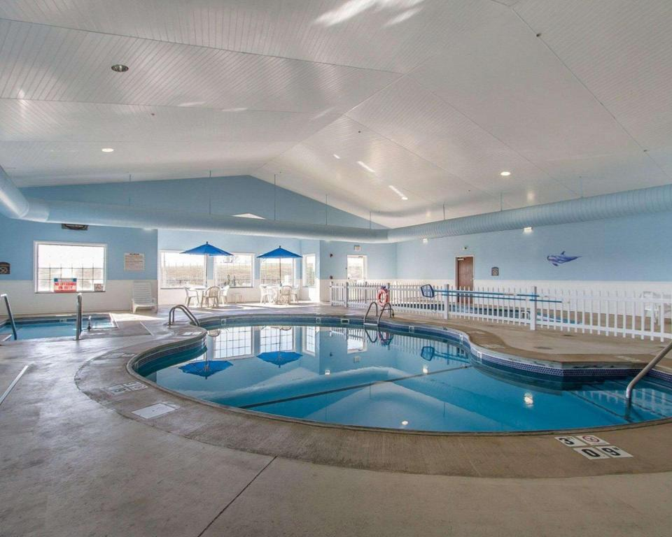 Swimming pool Quality Inn & Suites