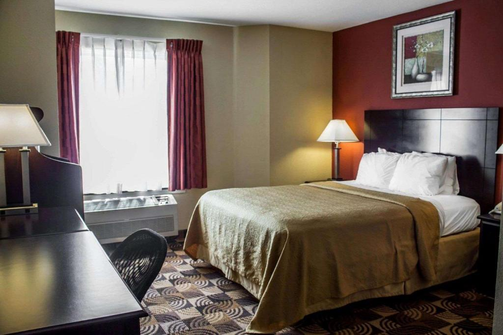 Standard Accessible Queen Bed - Guestroom Quality Inn Brunswick Cleveland South Brunswick