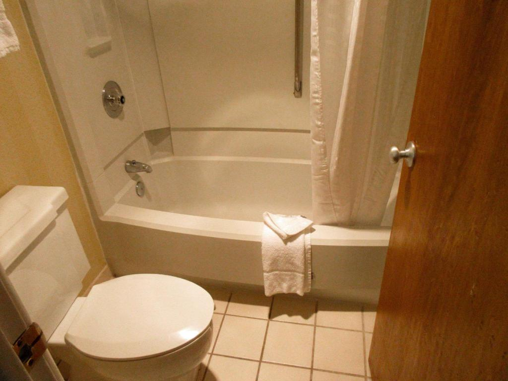 1 King bed with Kitchenette - No Smoking - Guestroom Clarion Inn Fort Collins