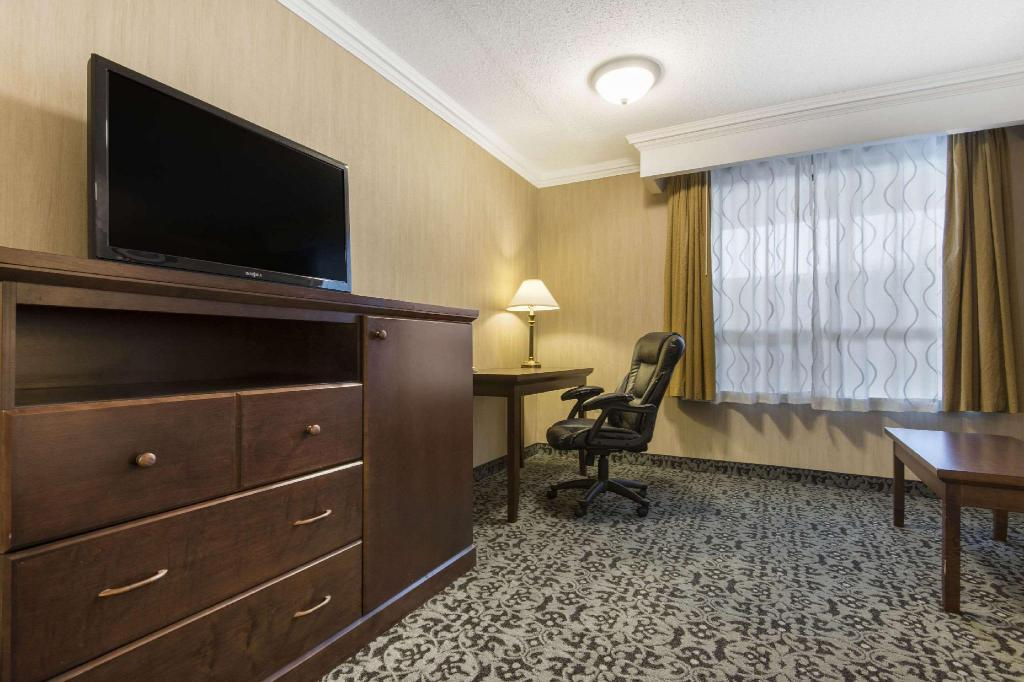 2 Queen Beds Suite Nonsmoking - Guestroom Quality Inn & Conference Centre