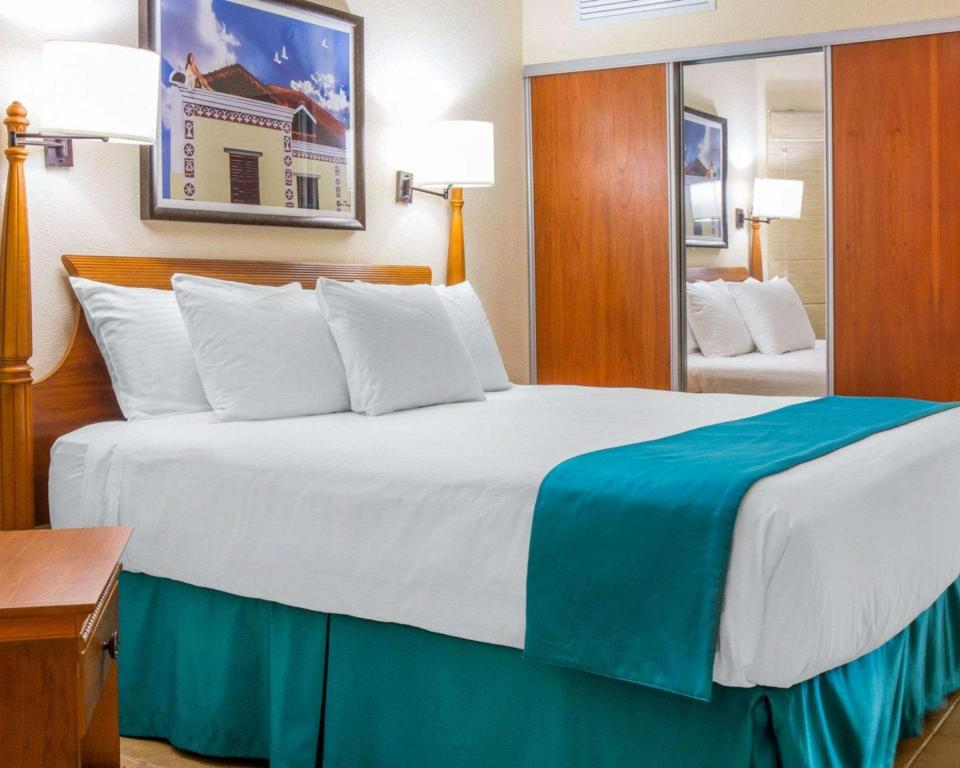 Accessible Premium King - Suite room Bluegreen Vacations La Cabana Beach Resort and Casino
