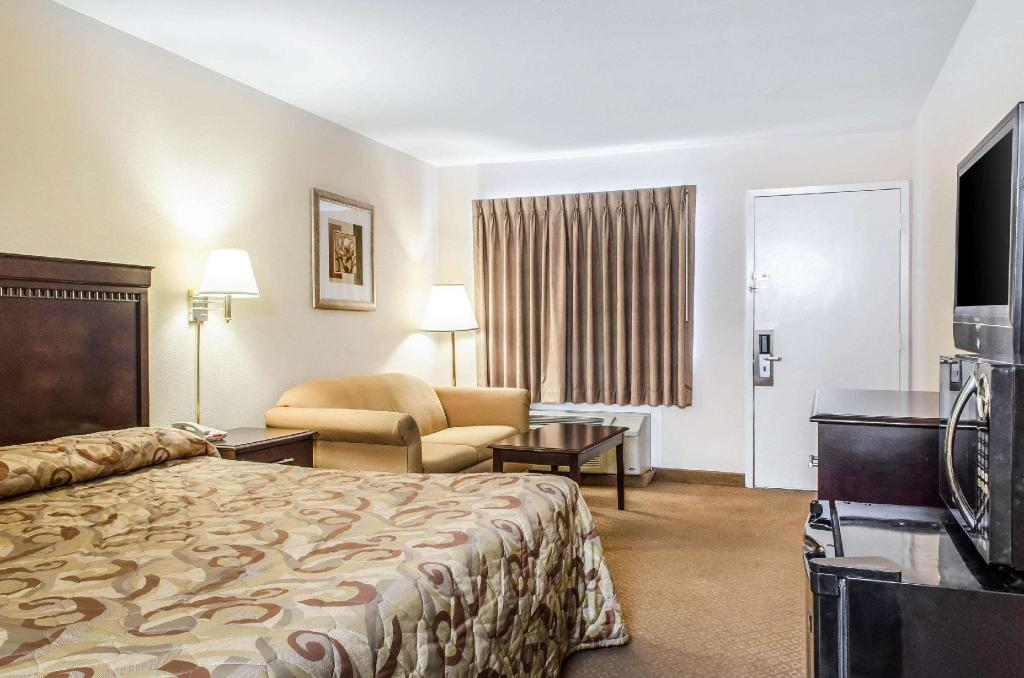 1 King Bed Nonsmoking - Guestroom Rodeway Inn