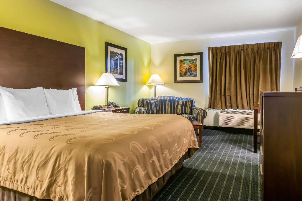 1 King Bed Nonsmoking - Guestroom Quality Inn Jackson