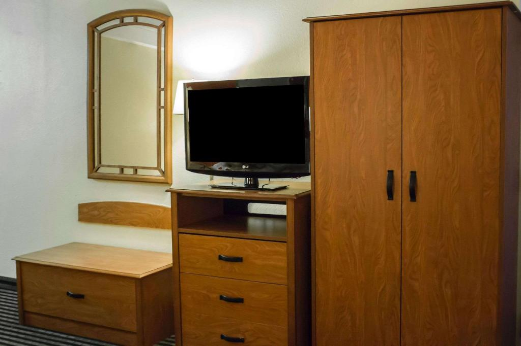 1 King Bed Nonsmoking - Guestroom ECONO LODGE WICKLIFFE - CLEVELAND EAST