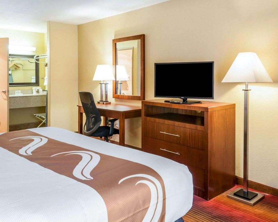 1 King Bed, Smoking - Guestroom Quality Inn and Suites