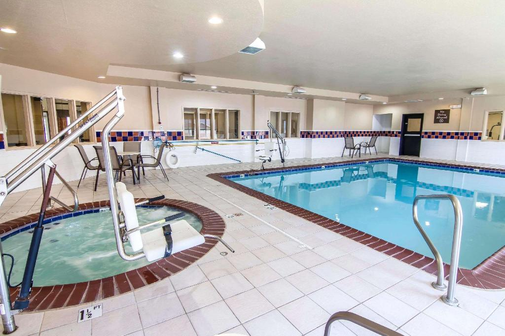 Swimming pool Quality Inn & Suites I-35 E/Walnut Hill