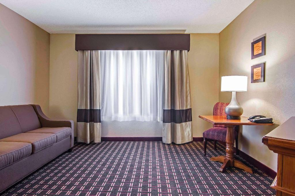 2 Queen Beds, Suite, Nonsmoking - Suite room