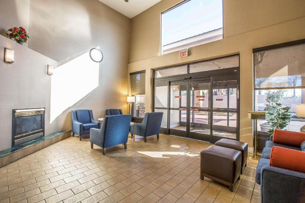 Lobby Quality Suites Morristown