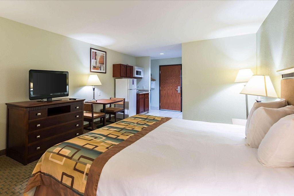 1 King Efficiency Suite, Smoking - Guestroom