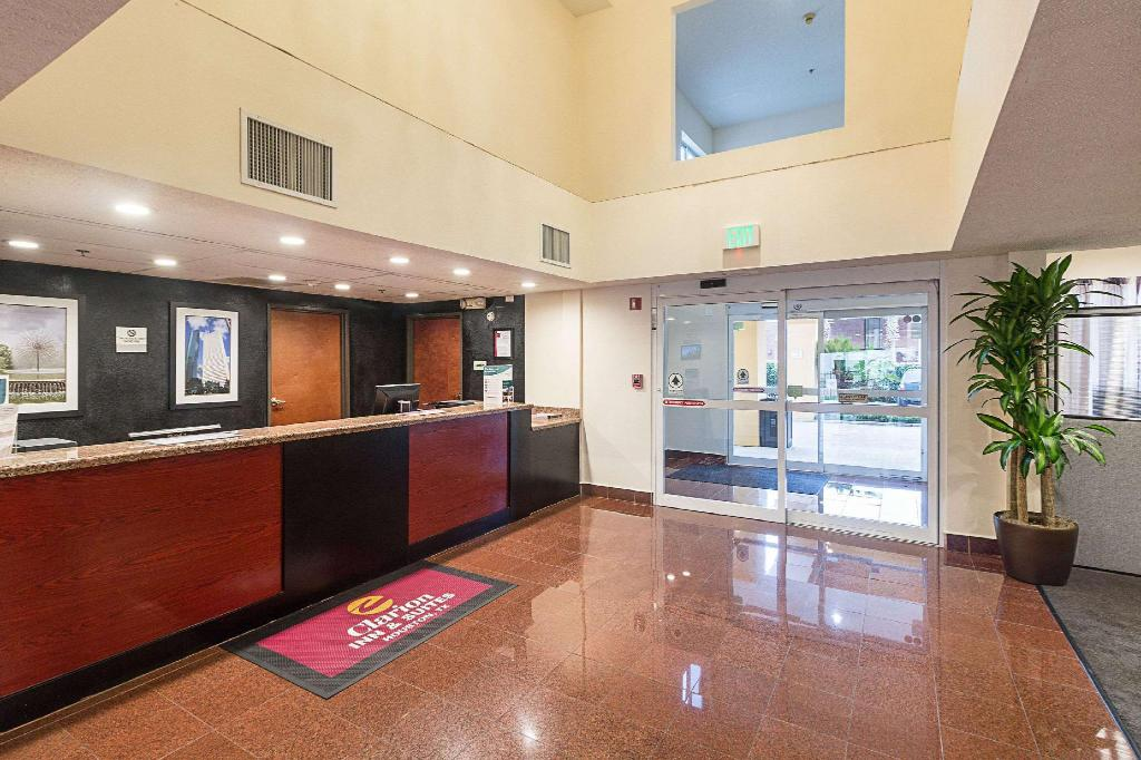 Lobby Quality Inn and Suites Westchase