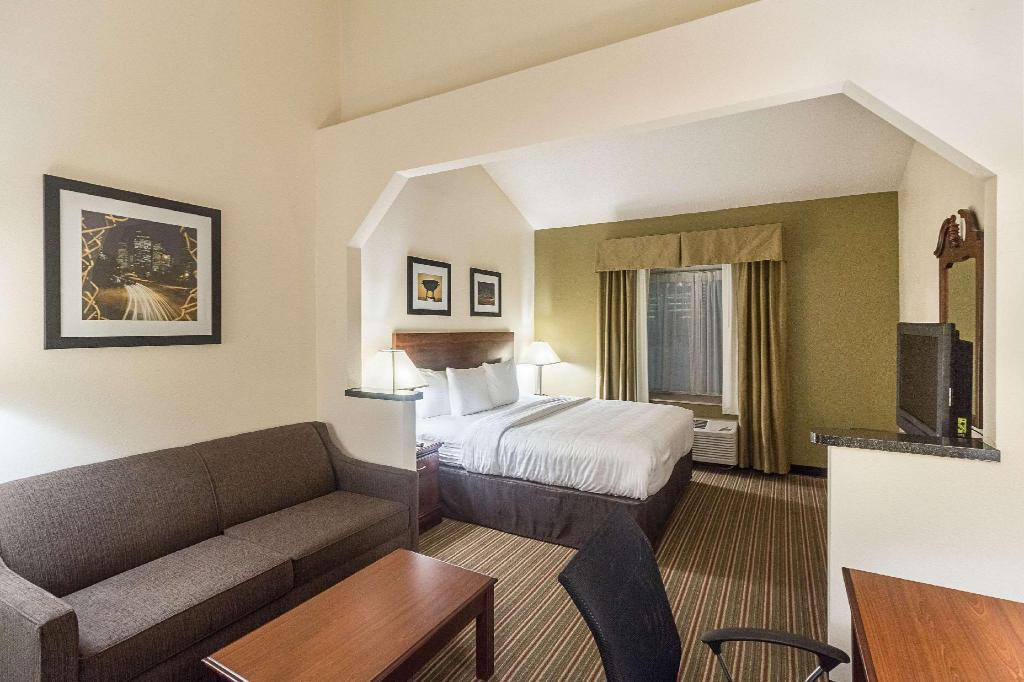 1 King Bed Non-Smoking - Guestroom Quality Inn and Suites Westchase