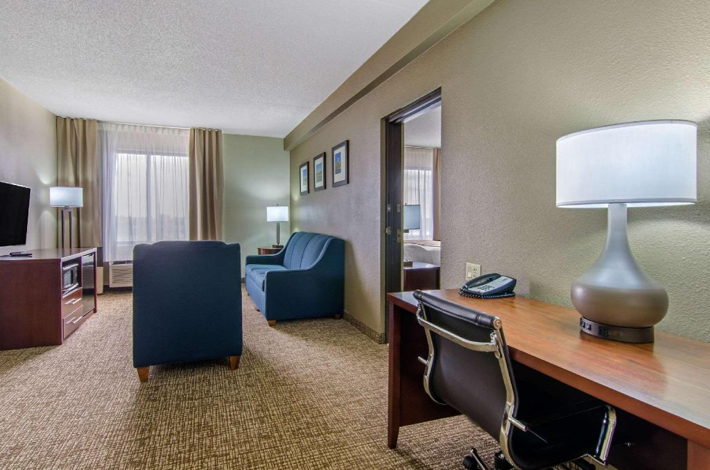 1 King Bed, Suite, Nonsmoking, Accessible - Suite room