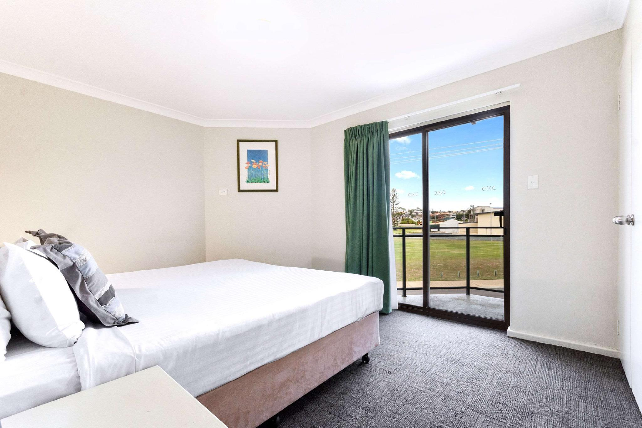 1 Queen Bed, 4 Single Beds, Suite, No Smoking, Accessible Room