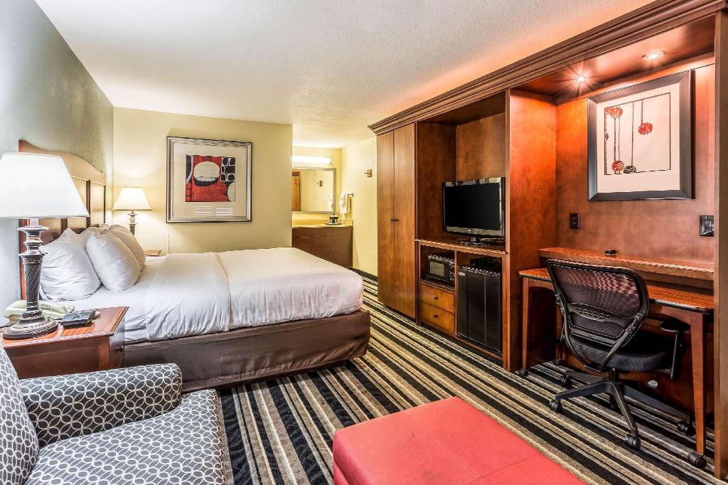 1 King Bed Non-Smoking - Guestroom Clarion Inn