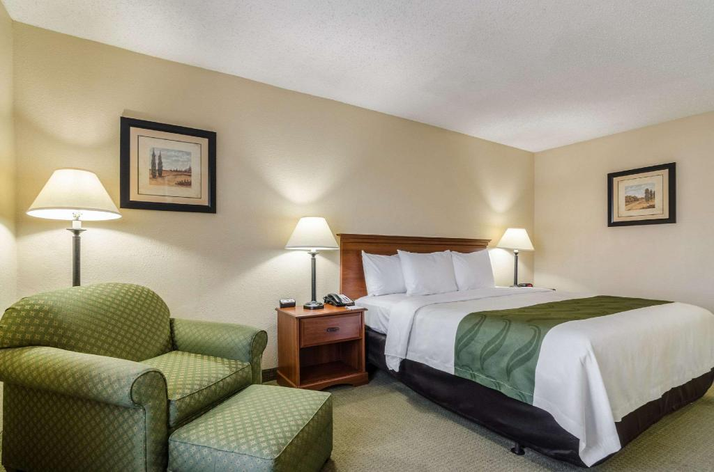 1 King Bed Accessible - Guestroom Quality Inn