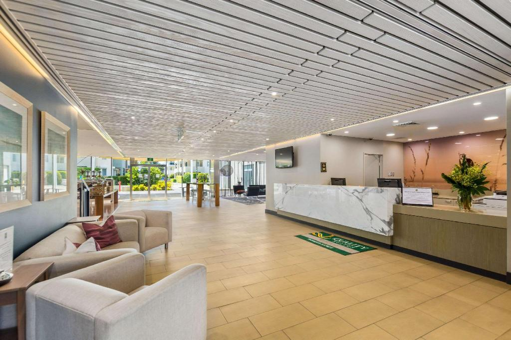 Lobby Quality Suites Pioneer Sands