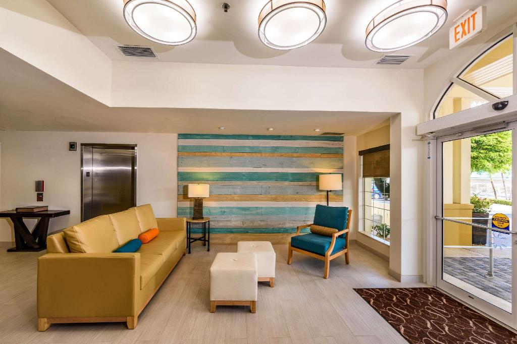 Lobby Comfort Suites Seven Mile Beach Cayman Islands