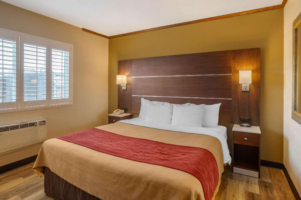 1 King Bed 1 Double Bed Non-Smoking Upgrade - Guestroom Comfort Inn San Diego At The Harbor San Diego