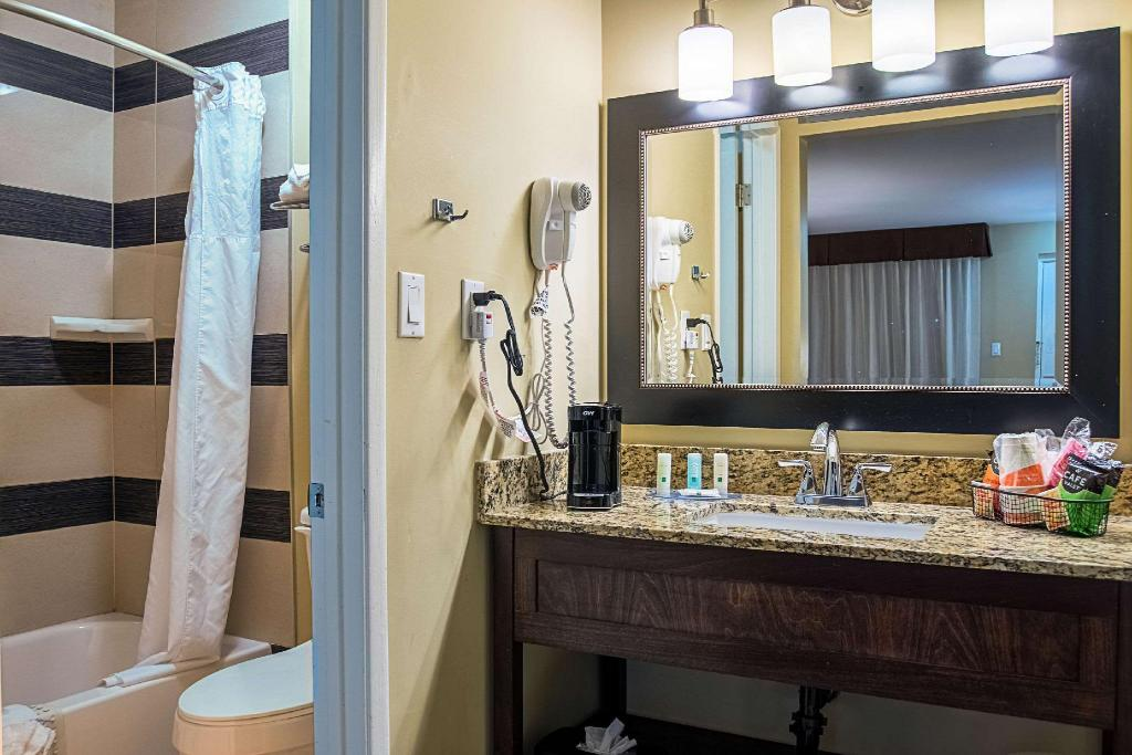 2 Double Beds Smoking - Guestroom Quality Inn and Suites Phoenix NW - Sun City