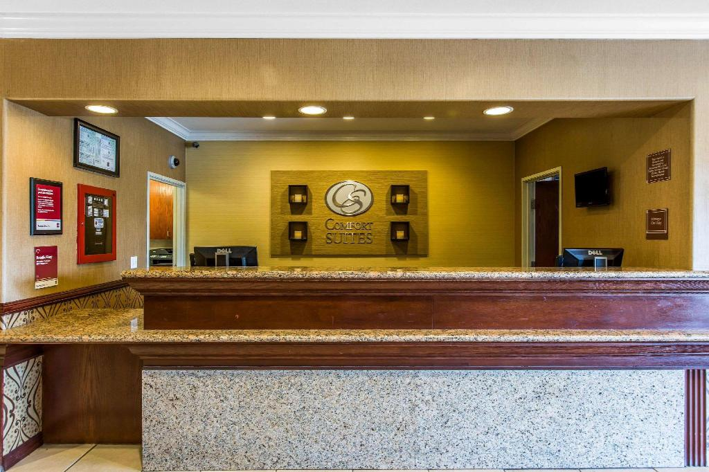 Lobby Comfort Suites Near Six Flags Magic Mountain