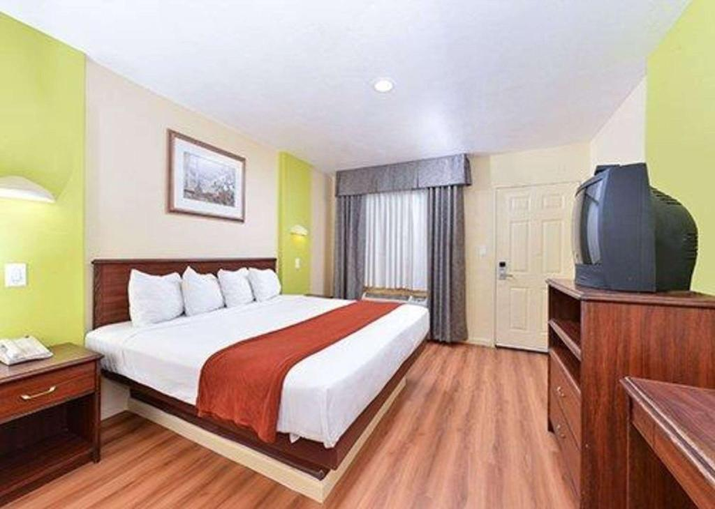 1 King Bed - No Smoking - Guestroom Rode Inn