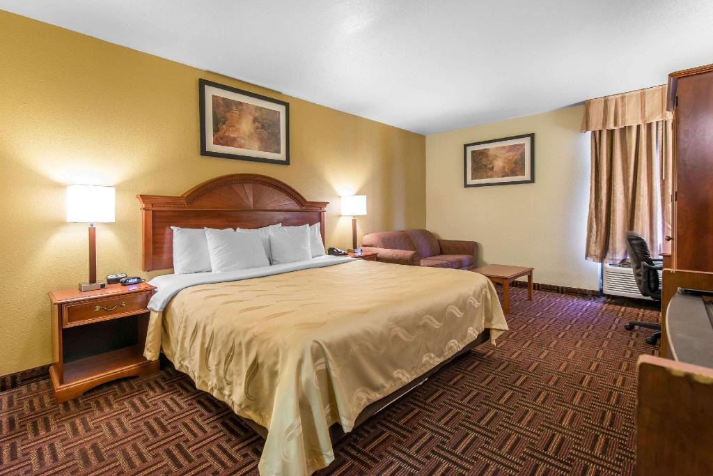 Standard with 1 King Bed - Guestroom Quality Inn South Colorado Springs