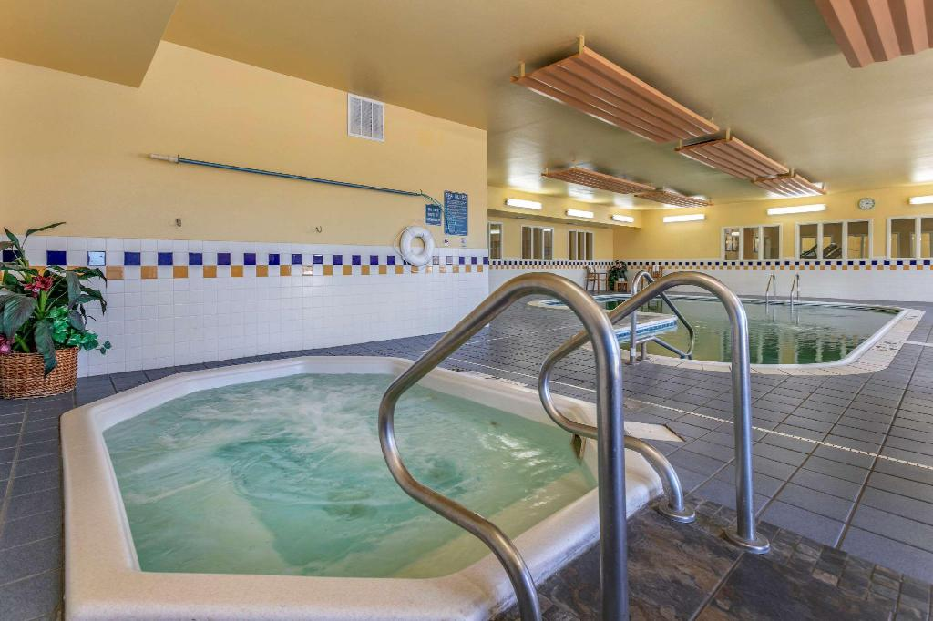 Swimming pool Comfort Inn Fort Collins North