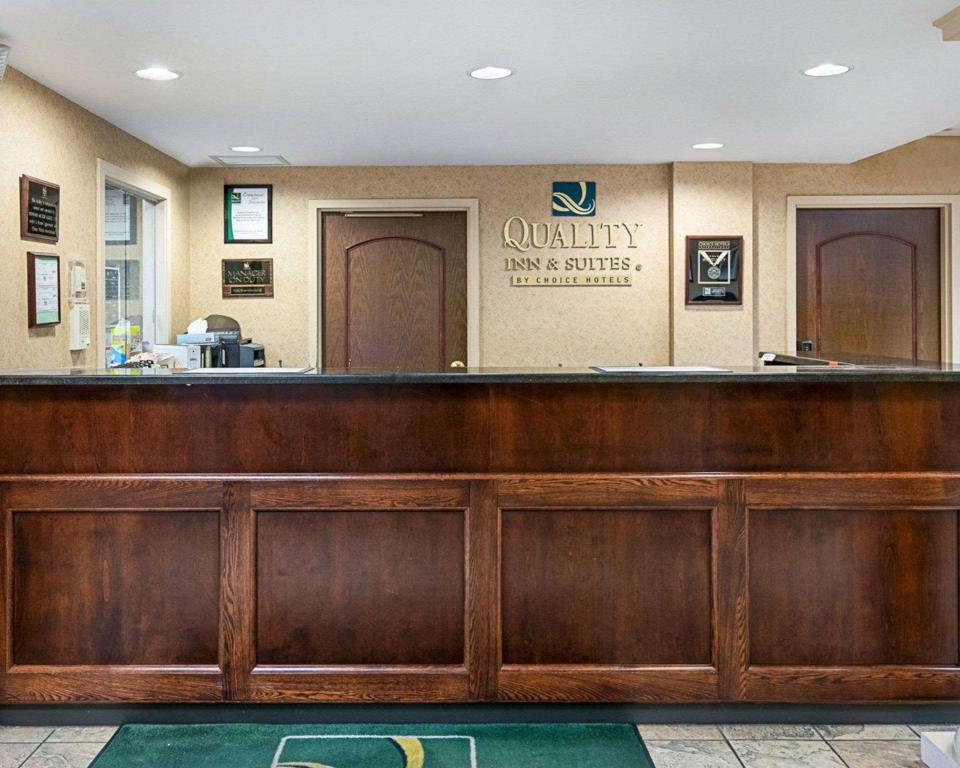 Lobby Quality Inn & Suites Skyways