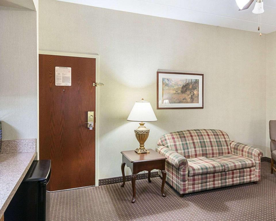 1 King Bed Suite No-Smoking Room - Suite room Quality Inn & Suites Skyways