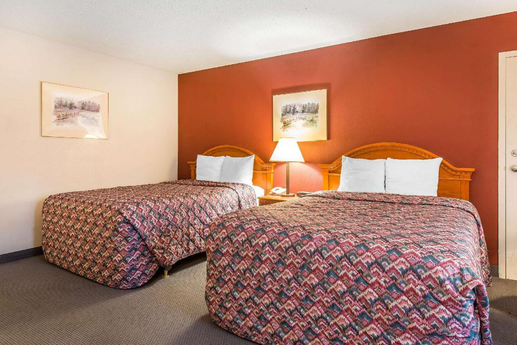 2 Queen Beds, Smoking - Guestroom Rodeway Inn Cow Palace