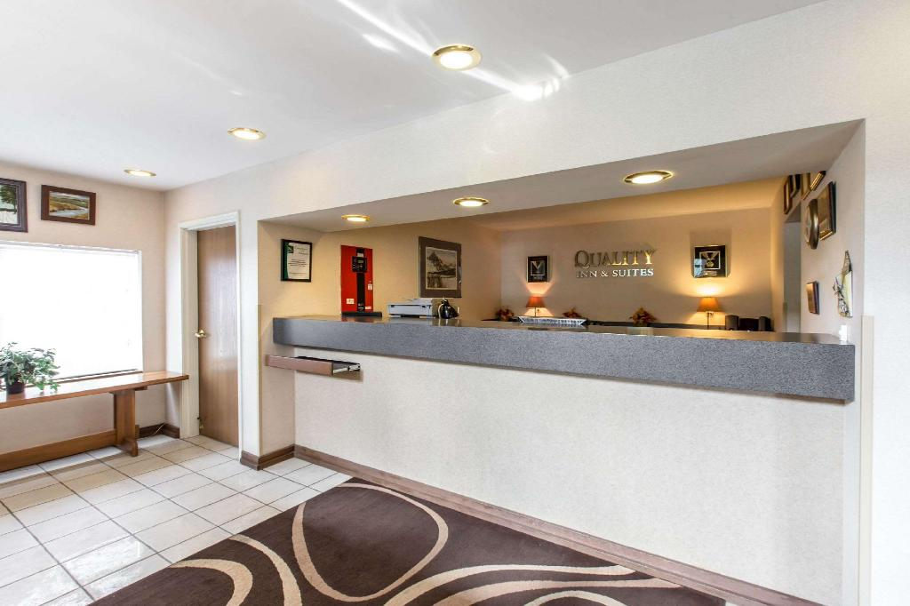 Lobby Quality Inn & Suites Summit County Silverthorne