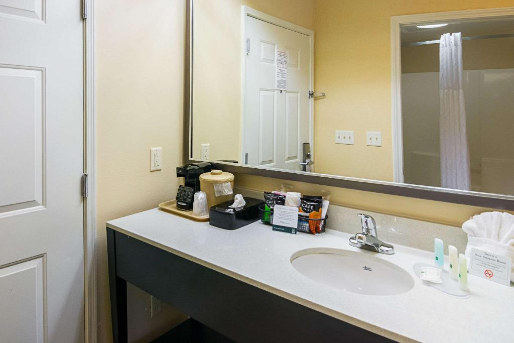 1 King Bed Nonsmoking - Guestroom Quality Inn Crestview
