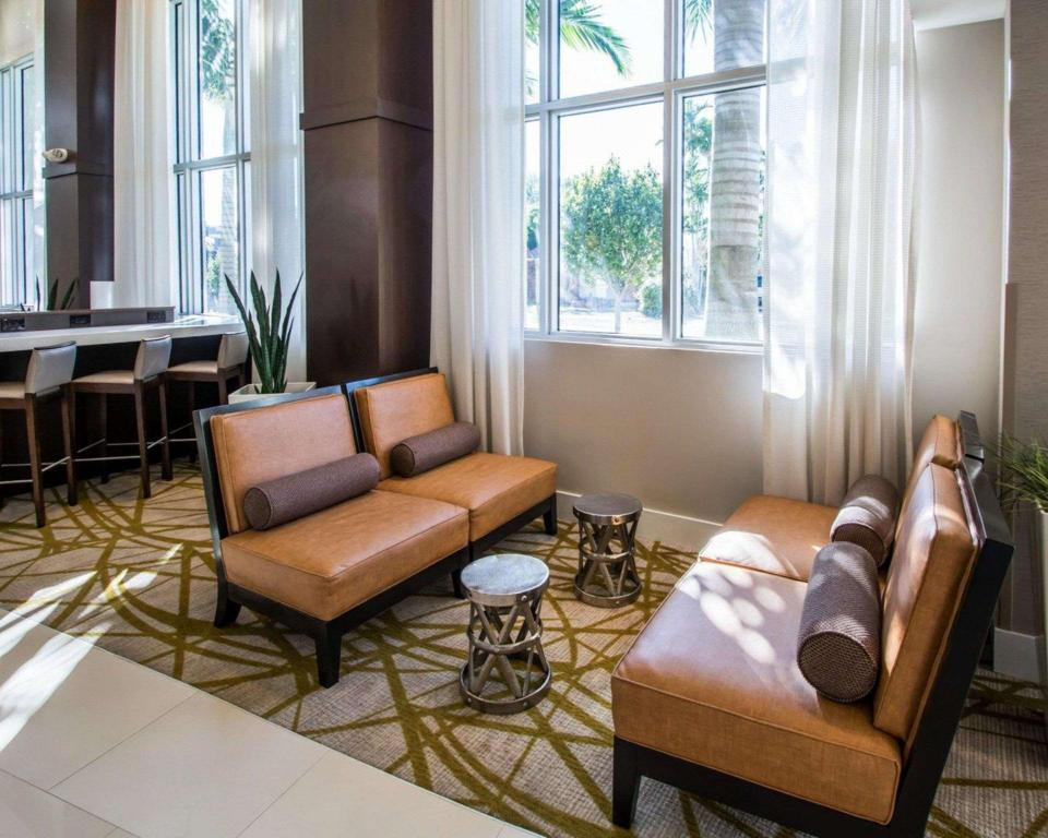 Фойє Comfort Suites Miami Airport North Miami Springs