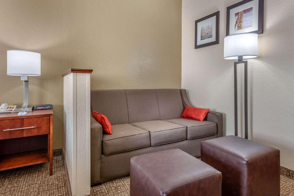 1 King Bed, Suite, Non-Smoking - Suite room Comfort Inn