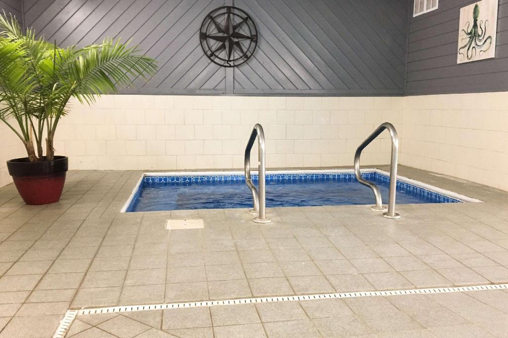 Swimming pool Quality Inn & Suites Lincoln near I-55