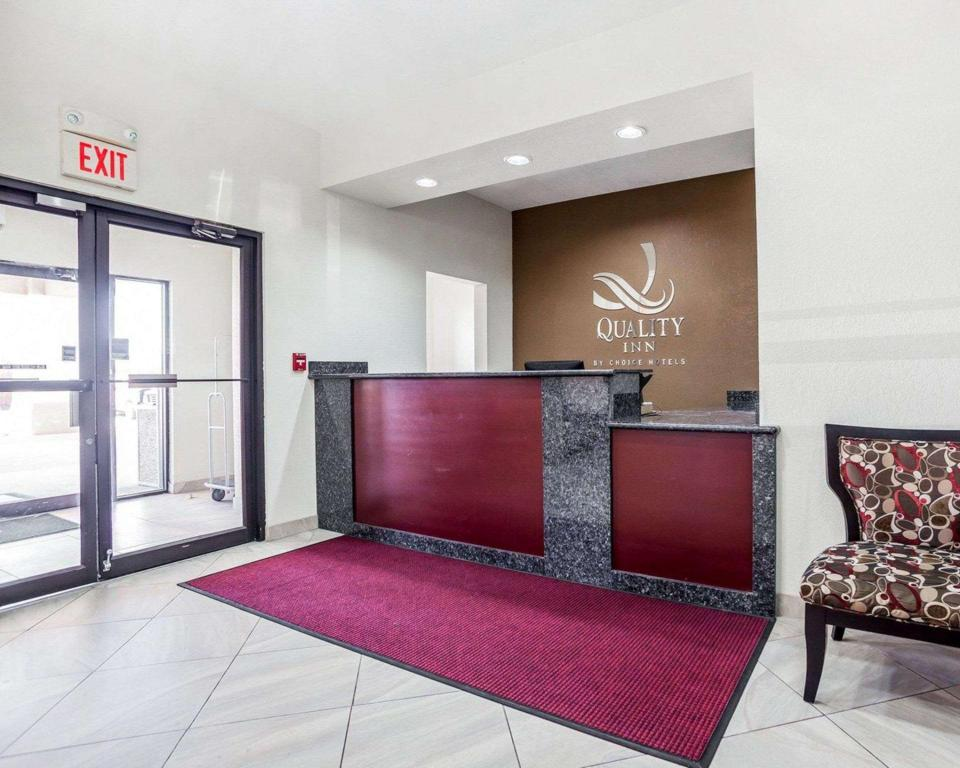 Lobby Quality Inn and Suites Altoona - Des Moines