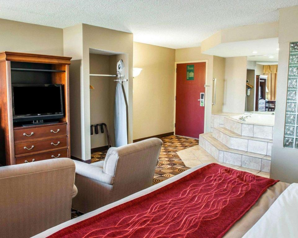 1 King Bed, Nonsmoking - Suite room