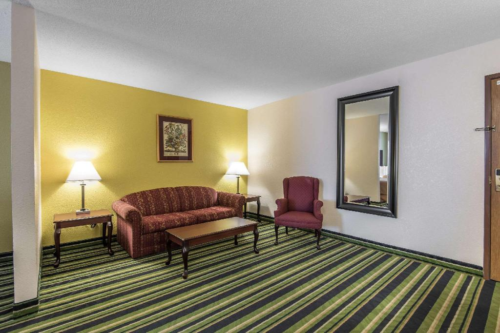 Suite with 1 King bed and Sofabed - No Smoking - Suite room Quality Suites Kansas City International Airport