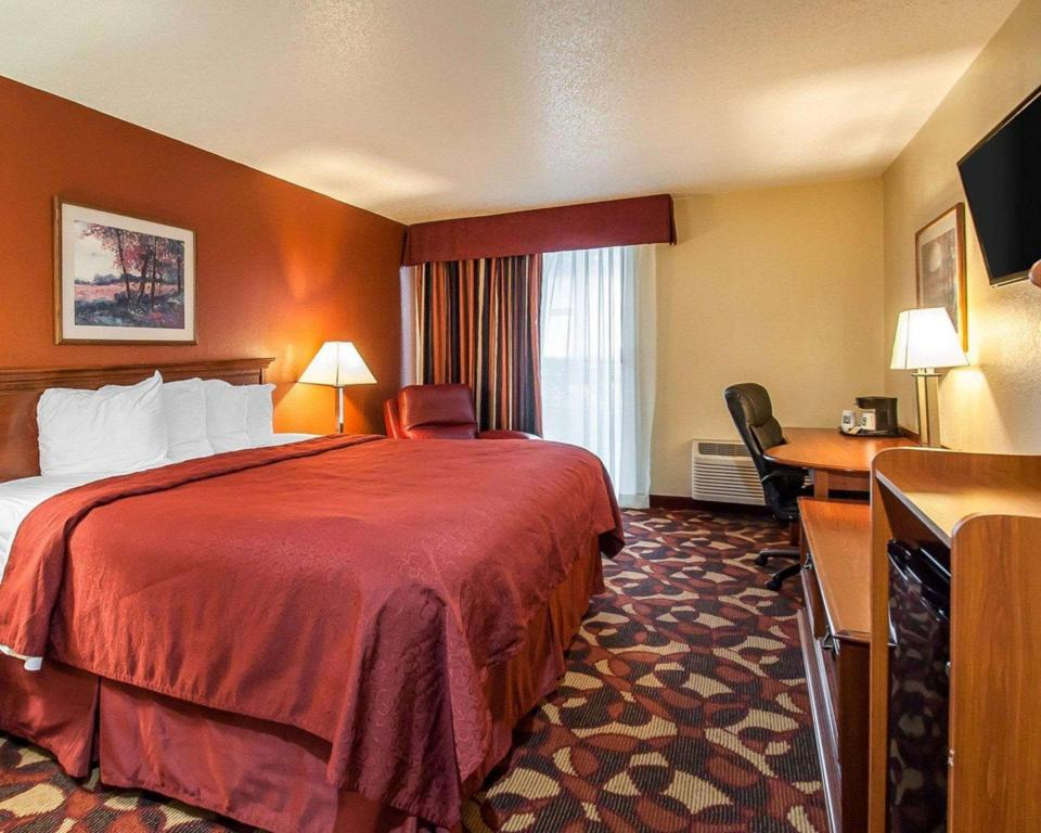 1 King Bed, Smoking Room - Guestroom Quality Inn and Suites Kansas City I-435N Near Sports Complex