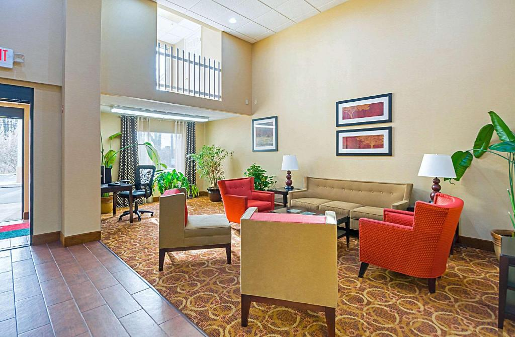 Lobby Quality Inn & Suites Hagerstown