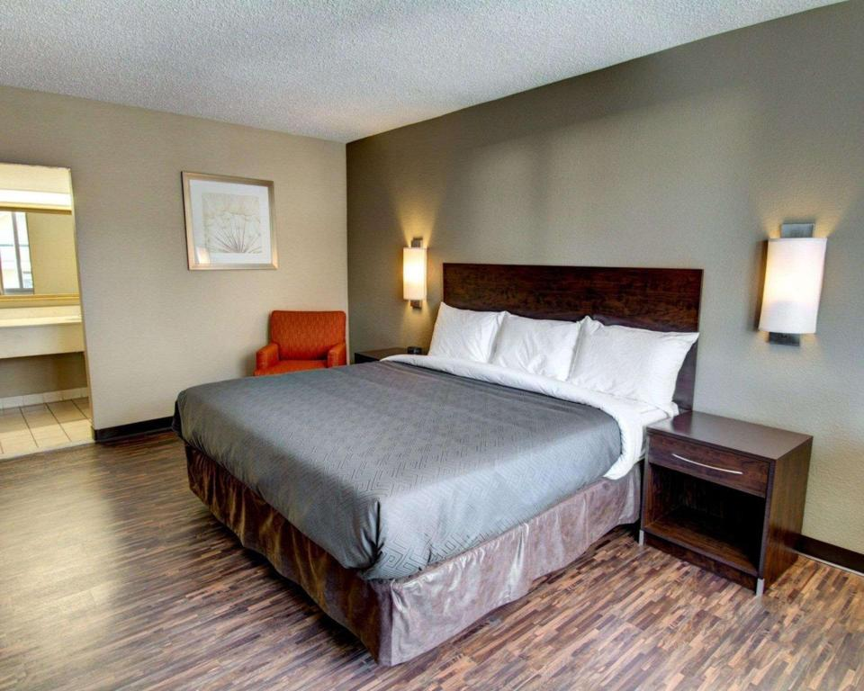 1 King Bed Nonsmoking - Guestroom Econo Lodge