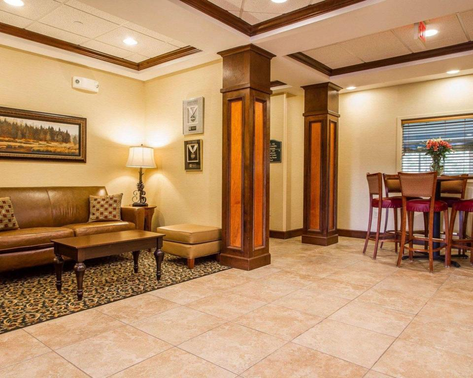 Lobby Comfort Inn and Suites Wilton