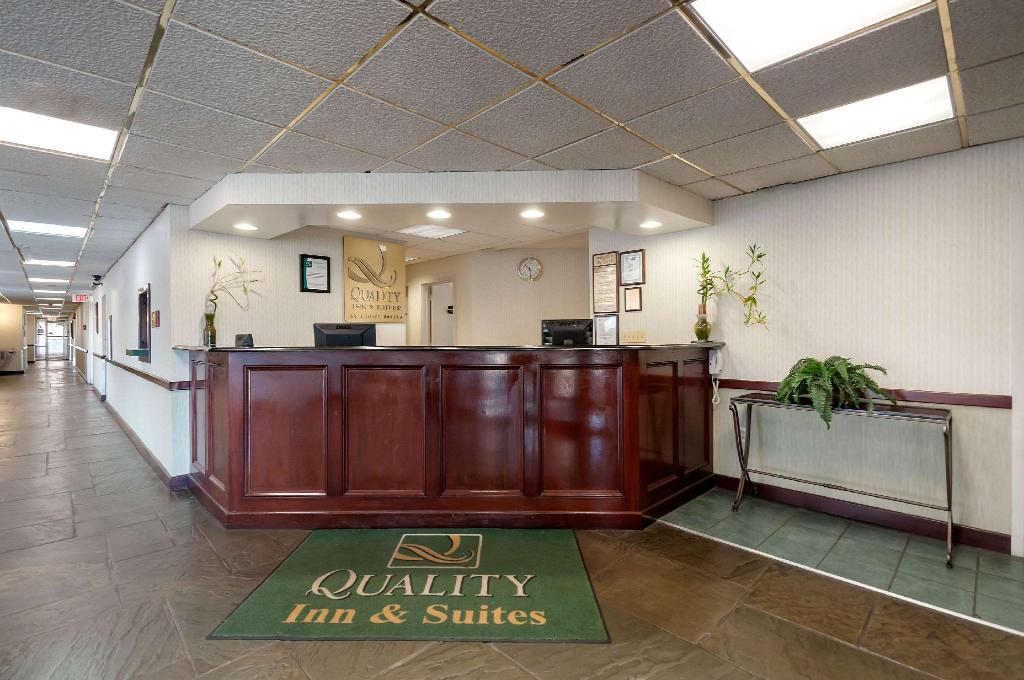 Lobby Quality Inn and Suites Laurel