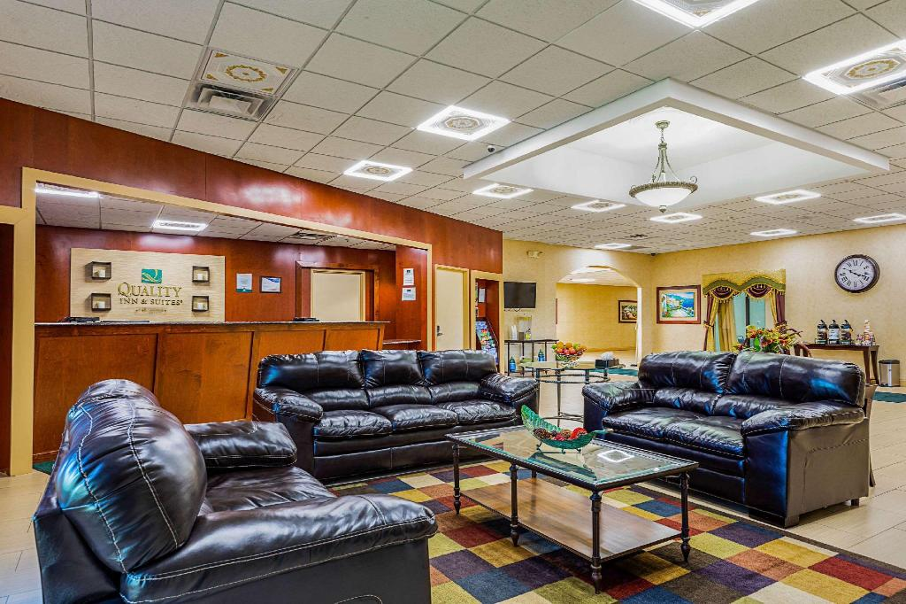Lobby Quality Inn & Suites Coldwater
