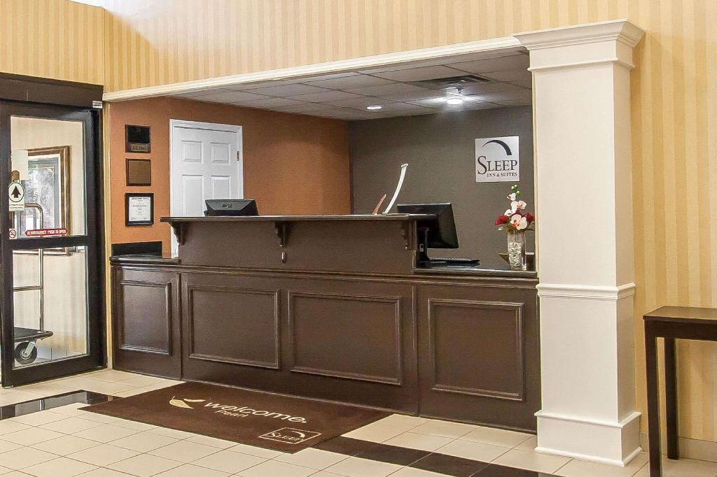 Lobby Sleep Inn & Suites Airport