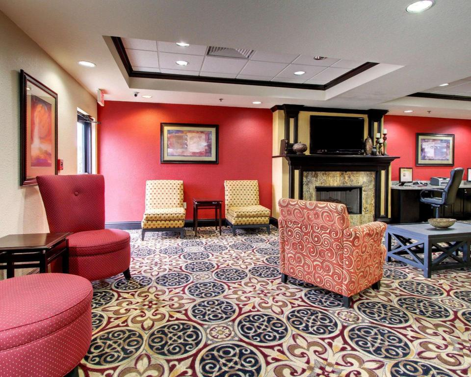Lobby Comfort Inn and Suites Clinton