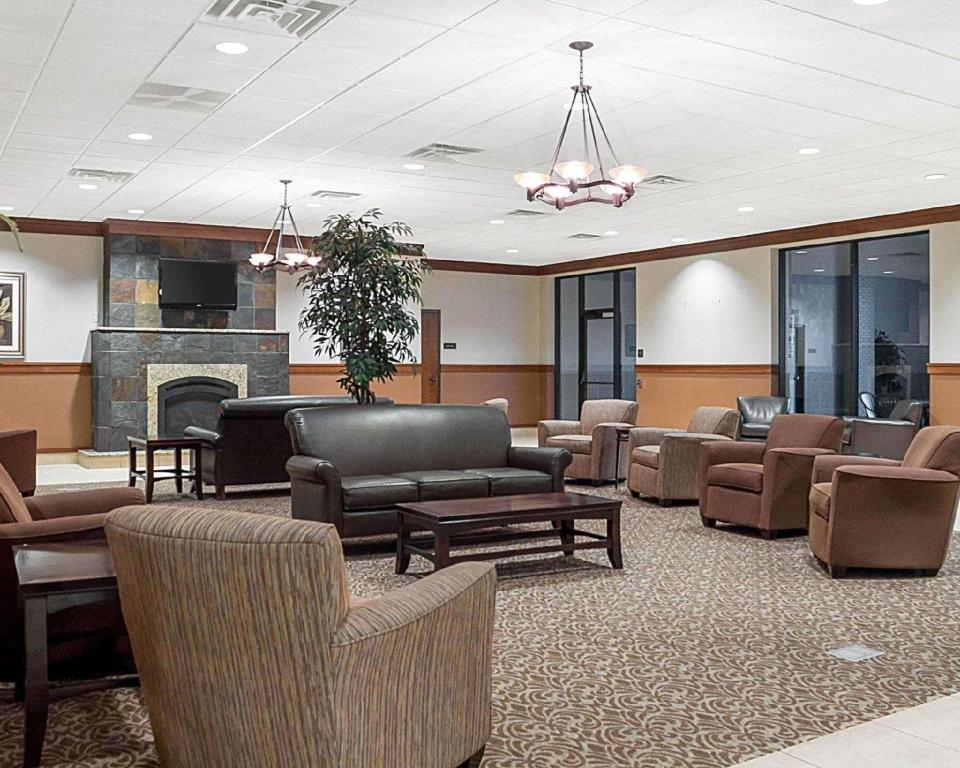 Lobby Quality Inn & Suites Conference Center and Water Park