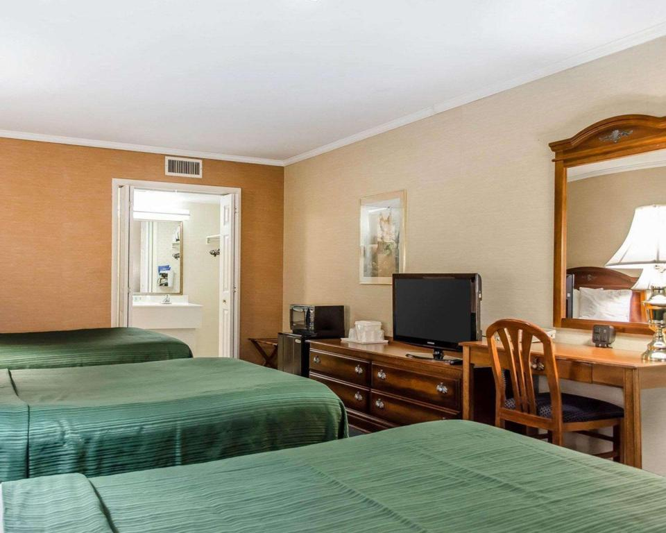 Top Floor Room with 3 Double Beds - No Smoking, Pet Friendly - Guestroom Quality Inn Gettysburg Battlefield