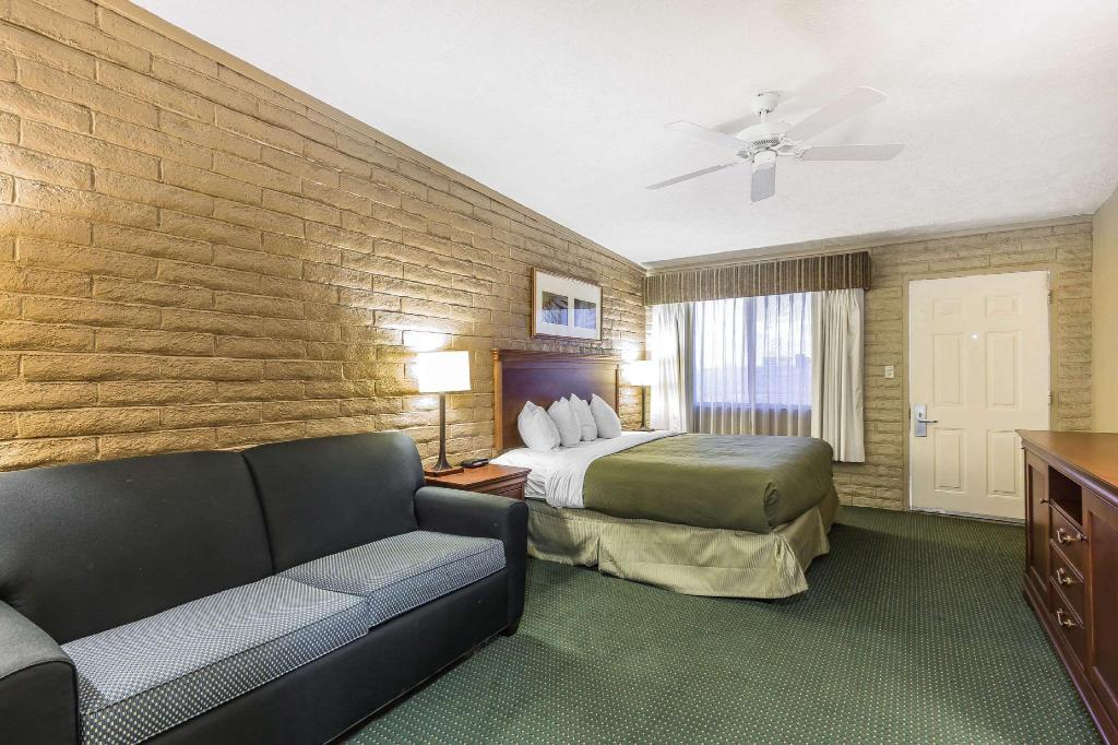 1 King Bed, No-Smoking - Guestroom Quality Inn