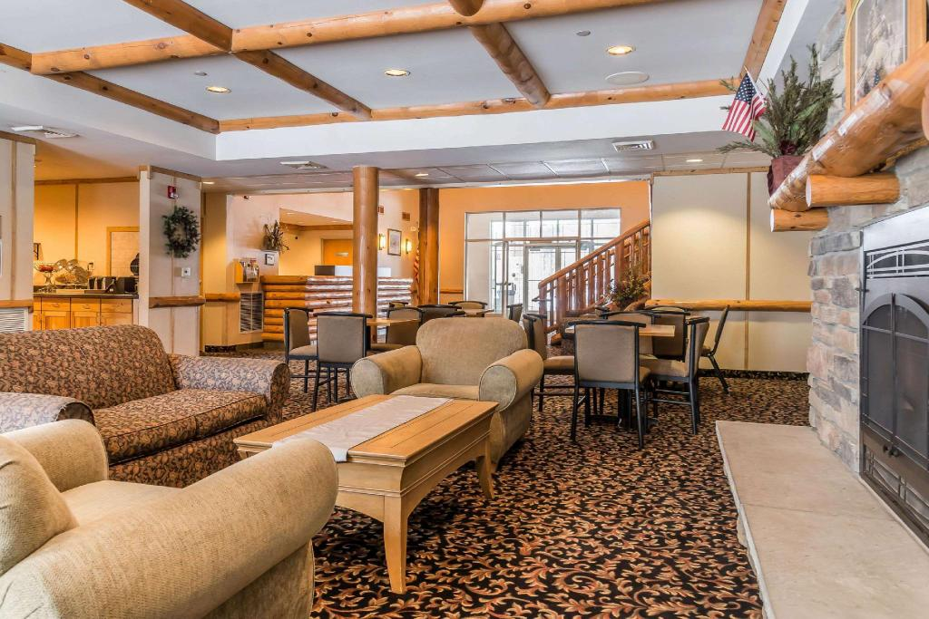 Lobby Rodeway Inn and Suites Tomahawk